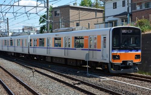 図3 各駅停車として走る東武「50090型」