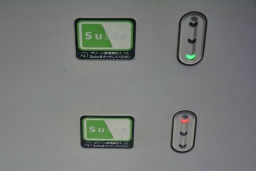 図1 JR東日本のグリーン車「サロE230」の網棚下