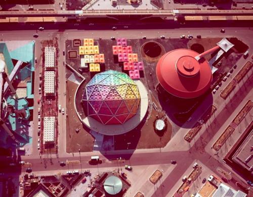 中央の虹色のドームがみどり館(写真:大林組所蔵)