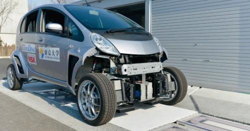 走行中給電が可能な受電コイルを搭載したEVの開発も進む(写真:東京大学)