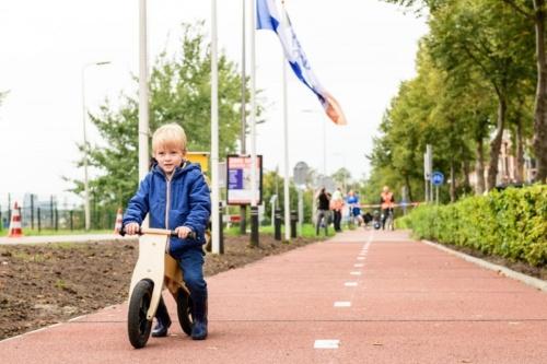オランダ・ズボレ市内の再生プラスチックを使った自転車専用道。2018年9月に開通した(写真:KWS)