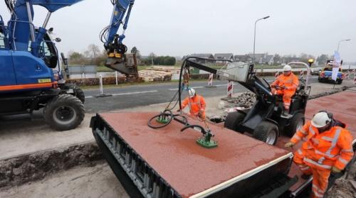 再生プラスチック製の箱型のモジュールを敷設して、自転車専用道を整備する様子(写真:KWS)