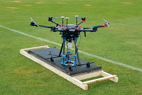 アスファルト舗装用の小型3Dプリンターを搭載したドローンの試作機(写真:リーズ大学)