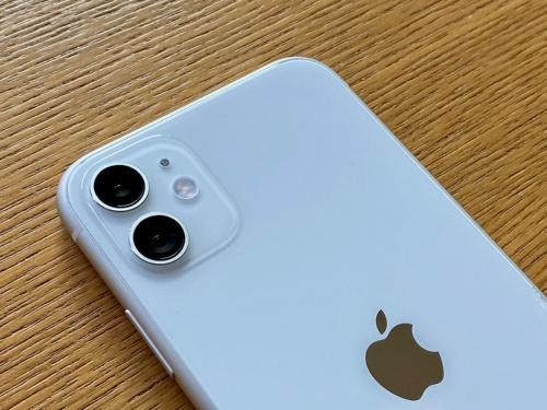 背面カメラはiPhone 11 Proと同様に四角く盛り上がった台座の上に配置されているが、台座はマットな質感に加工されており、すっきりして見える