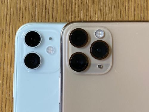 背面カメラ部分をよく見ると、iPhone 11(左)はレンズ周囲のリングがつや消しなのに対して、iPhone 11 Pro(右)は光沢。全体的なデザインとしてレンズの主張が強い