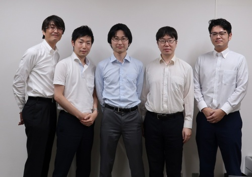 左からデジタルソリューション推進部長の仲根伸一氏、同部の蒲生弘郷氏、浦谷達也氏、淵脇誠氏、阿部田将史氏