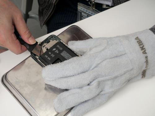 11 Proでは電池の接着位置が分からなかったため、ヒートガンで両面テープを温めてから取り外した