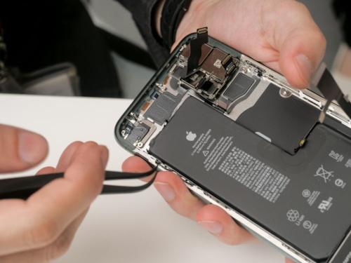 11 Pro Maxでは電池の端に両面テープのタブが見つけられた