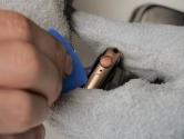 ヒートガンで温めて筐体を開けようとするも、なかなか開かない。(写真:加藤 康)