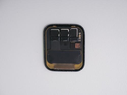 ディスプレーの裏面。上の方に並んでいる3つのチップのシートをはがすと、左と真ん中には何も刻印されておらず、右は「158J」とだけ書かれていた(写真:加藤 康)
