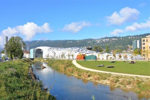 2019年10月3日、スイスの街ビールでスウォッチ本社がオープンした。敷地南側に流れるシュス川沿いには新たに歩道も整備され、建物とランドスケープが調和している(写真:日経アーキテクチュア)