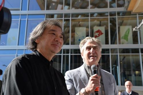 左が坂茂氏、右がスウォッチグループのニック・ハイエックCEO(写真:日経アーキテクチュア)