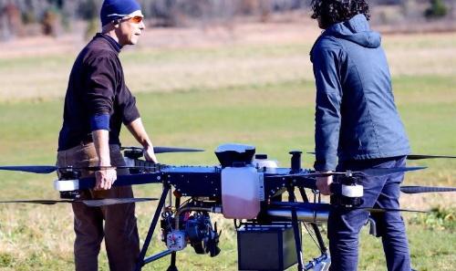 米トップ・フライト・テクノロジーズが開発したドローン「Airborg」。會澤高圧コンクリートの會澤祥弘社長は「他社製品に比べて飛び抜けて高い発電機の技術が、長時間飛行を可能にした」と評する(写真:會澤高圧コンクリート)
