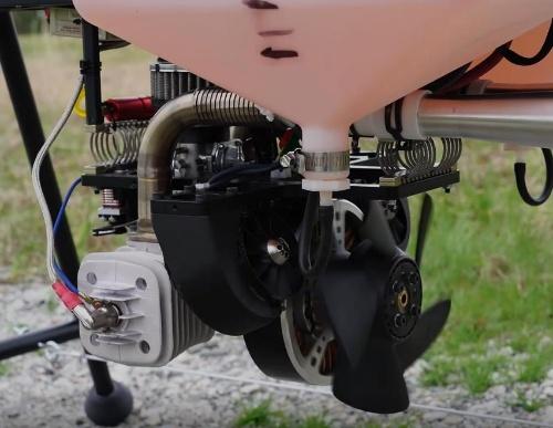 「Airborg」のエンジン部分。機体自体は稼働時に大きく振動するが、カメラやレーザースキャナーといった機材の揺れを制御する機構を持つので、記録するデータにはぶれが生じない(写真:會澤高圧コンクリート)