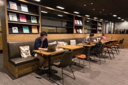 日清食品ホールディングス本社オフィス内のパソコン作業に集中できるエリアの様子。社員はタブレットパソコンのSurface Proを携えてオフィス内を自由に移動して仕事を進めることができる