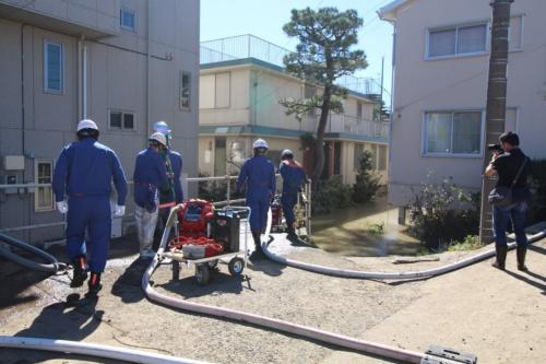 川崎市高津区久地の浸水した住宅地からポンプで泥水を組み上げる様子。周辺一帯は土地が低く水がたまりやすいという。10月13日撮影(写真:日経 xTECH)