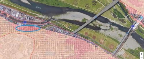 「ガイドマップかわさき」による川崎市高津区の洪水浸水想定区域(多摩川水系)。青い楕円で囲んだ部分が、顕著な浸水のあったエリア。浸水時の水深が5~10mに達するエリアもあるとハザードマップで警告していた(資料:川崎市)