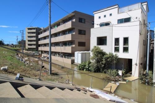 川崎市高津区に立つ浸水被害を受けたマンション。1階に住む60代男性が亡くなった。近隣住民は「浸水深は2m近くあった」と話す。10月13日撮影(写真:日経 xTECH)