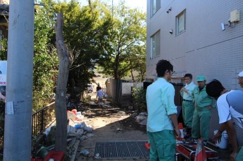 川崎市高津区の排水作業が終了した住宅地。浸水時は写真奥に見える乗用車の屋根が水没していたという。10月13日撮影(写真:日経 xTECH)
