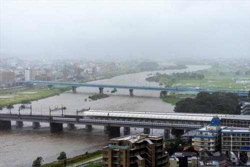 2019年10月12日午前10時22分に撮影した多摩川の様子。国土交通省の水位観測所(二子橋下流約100m)で観測した同日午前11時時点の水位は5.2mだった。台風19号は午前10時時点で、八丈島の西南西約230kmの位置を進んでいた。写真手前は二子玉川駅と二子橋。写真中央に見えるのが玉川通りの新二子橋(写真:読者提供)