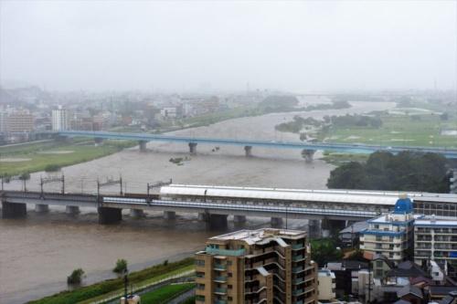 2019年10月12日午後0時34分に撮影した多摩川の様子。国土交通省の水位観測所(二子橋下流約100m)で観測した同日午後1時時点の水位は5.76mだった。午前10時22分に撮影した写真と比べると、二子玉川駅の上流側の河川敷で、水没した範囲が広がっていることが分かる(写真:読者提供)