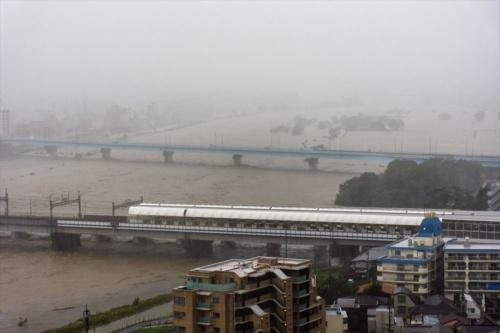 2019年10月12日午後2時54分に撮影した多摩川の様子。国土交通省の水位観測所(二子橋下流約100m)で観測した同日午後3時時点の水位は6.77mだった(写真:読者提供)