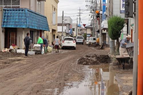 茨城県北西部に位置する大子町の役場付近の様子。大子町では高齢の女性が1人水死した。住宅の1階はほとんど浸水し、まだ泥が多く残っていた。住民は「家具などは泥まみれで使い物にならない」と嘆く。2019年10月14日午前11時ごろ撮影(写真:日経 xTECH)