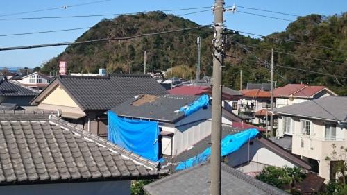 台風15号で被災した箇所のブルーシートが、19号で剥がれた。写真は南房総市富浦町の住宅(写真:佐々木建築)