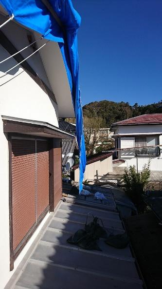 台風19号の強風で飛ばされた土のうと、それに引っ張られて引き裂かれたブルーシート。南房総市富浦町の住宅。厚みのある「#3000」のブルーシートを使用していた(写真:佐々木建築)