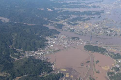 台風19号の影響で浸水した宮城県丸森町の中心部。北側を阿武隈川、南側を阿武隈川支流の新川と内川で囲まれ、西側には山がそびえる(写真:国土地理院)