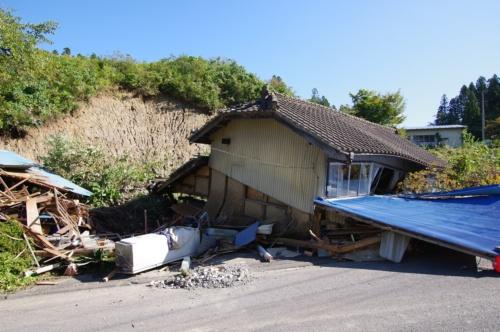 倒壊した宮城県丸森町筆甫(ひっぽ)地区内にある住宅。10月16日午前10時ごろ撮影。丸森町災害対策本部によると、筆甫地区内には斜面崩壊に巻き込まれた住宅が複数あり、1人が死亡した(写真:日経 xTECH)