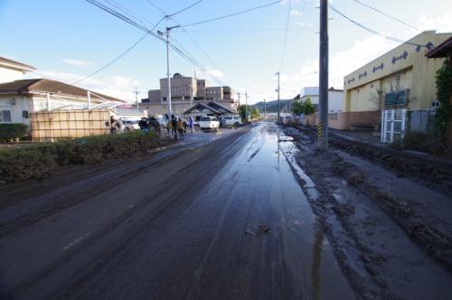 10月15日午後5時ごろの丸森町中心部の様子。水が引き、住民らが片付け作業を進めていた。道路脇には泥が大量に残っている(写真:日経 xTECH)