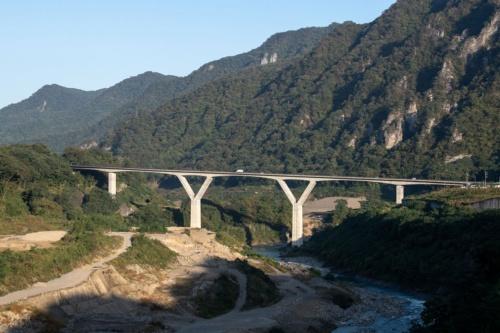右岸上流から見た丸岩大橋。10月10日撮影(写真:大村 拓也)