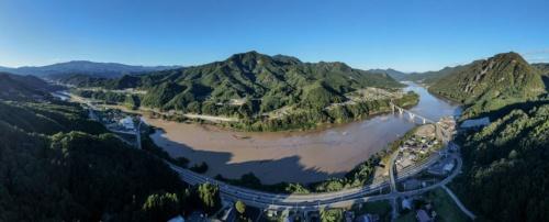 ドローンでパノラマ撮影したダム湖の全景。写真右に丸岩大橋が架かる。10月13日撮影(写真:大村 拓也)