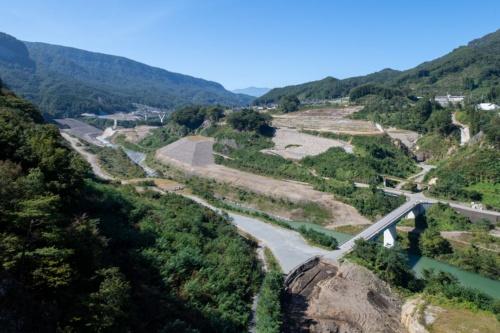 不動大橋から見た上流側の眺め。10月10日撮影。ダム湖の水位は5日よりもさらに25mほど上昇し、水面が不動大橋の上流まで達していた(写真:大村 拓也)