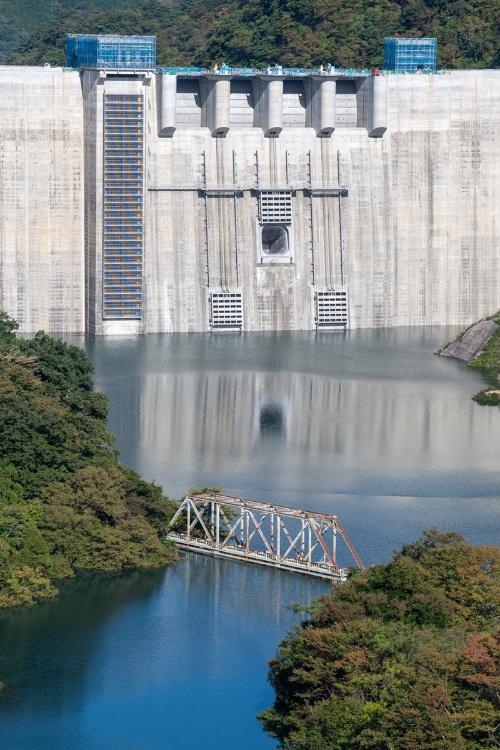 ダム湖に沈みゆく旧第二吾妻川橋梁。八ツ場大橋から10月10日撮影。橋は堤体から300mほどしか離れていない(写真:大村 拓也)