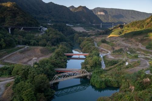 八ツ場大橋の上流側にあるJR吾妻線の旧第三吾妻川橋梁のトラス。オレンジ色の桁はいずれも旧国道145号の橋だ。10月10日撮影(写真:大村 拓也)