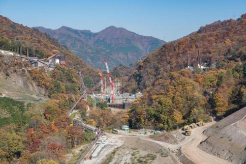 堤体の工事が進む。上流の八ツ場大橋から2017年11月に撮影(写真:大村 拓也)