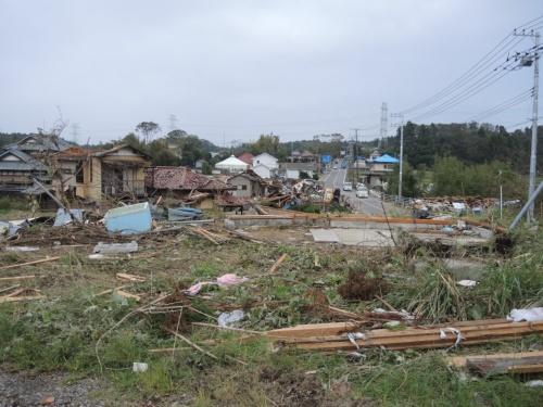 深刻な被害を負った建物が多い下野地区周辺を、東を向いて見た状況。上の図の写真1に該当。10月14日に撮影(写真:日経 xTECH)