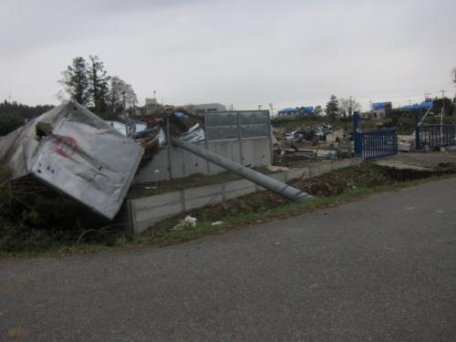 折損した鉄筋コンクリート製の電柱。下野地区で10月14日に撮影(写真:日経 xTECH)