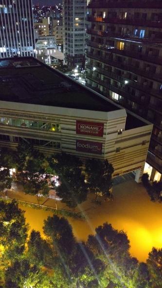 泥水に漬かった武蔵小杉駅周辺の市街地。写真右手に見えるタワーマンション「パークシティ武蔵小杉ステーションフォレストタワー」では停電が発生した。2019年10月13日午前0時過ぎに撮影(写真:読者提供)