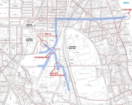 武蔵小杉駅周辺の下水道管の敷設図。赤線が主要な下水道管だ。水色の太線は多摩川の濁流が逆流したとみられる経路を示す。多摩川につながる山王排水樋管から入った泥水が、市街地まで運ばれた(資料:川崎市の資料を基に日経 xTECHが作成)