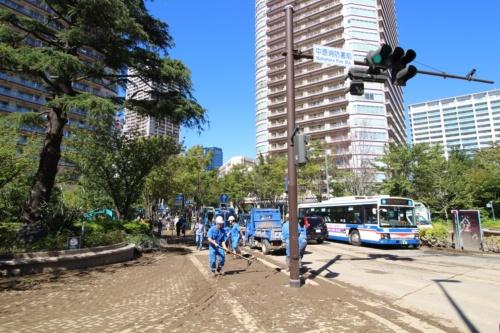 武蔵小杉駅近くに位置する中原消防署前交差点。東急電鉄の武蔵小杉駅前から同交差点にかけて緩やかな下り勾配になっており、浸水した箇所が多い。写真を撮影した2019年10月13日には泥の除去作業が進んでいた(写真:日経 xTECH)