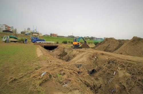 土砂に埋もれた山王排水樋管。武蔵小杉駅周辺の汚水と雨水を多摩川に排出する。多摩川の水位が3.49mになると逆流する可能性がある。2019年10月17日の撮影時にはバックホーによる土砂の除去作業が行われていた(写真:日経 xTECH)