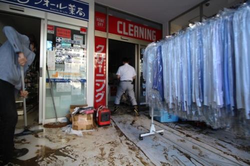 内水氾濫によって浸水した武蔵小杉駅周辺のマンション1階の店舗。地下の機械室が泥水に漬かり、停電していた。2019年10月13日に撮影(写真:日経 xTECH)
