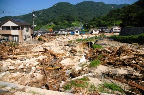 2018年の西日本豪雨では各地で土砂・洪水氾濫が目立った。写真は広島県坂町小屋浦地区。天地川の支流(写真手前)で土石流が発生し、写真中央辺りを右から左に向かって流れる天地川に合流したもよう(写真:日経コンストラクション)