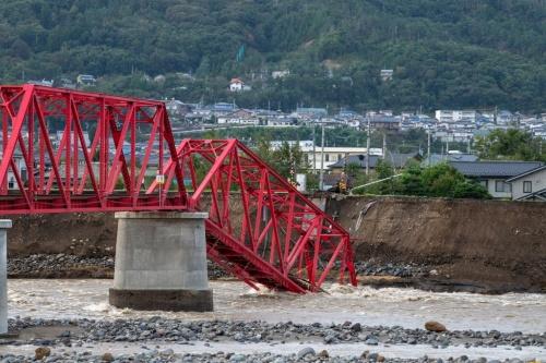千曲川に落ちた上田電鉄別所線のトラス橋。上田市の市街地と温泉地をつないでいた。1920年前後に造られたとみられる(写真:大村 拓也)