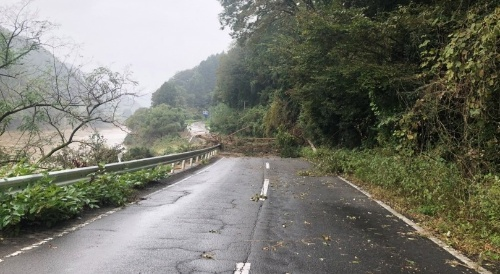 啓開作業前の状況。道路脇の斜面が崩れて国道349号を塞いだ。10月13日撮影(写真:国土交通省東北地方整備局)