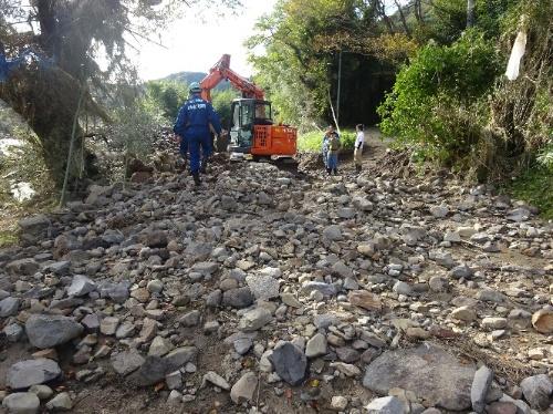 啓開作業中の様子。国からの発注を受け、地元の建設会社が土砂などを撤去した。10月17日撮影(写真:国土交通省東北地方整備局)