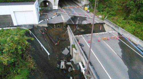 トンネル坑口手前の路面が陥没した(写真:長野県伊那建設事務所)